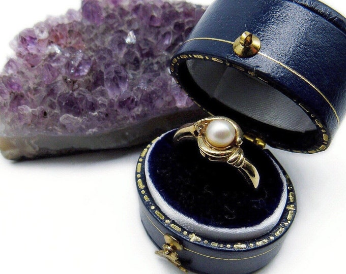 Vintage Feminine 10k Gold Genuine Pearl accented sighed size 6 Solitaire Ring