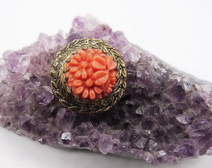 Antique Art Deco 1900s petite antiqued brass Molded Coral glass floral motif round pin