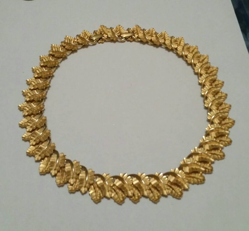 Mid Century Gold Leaf Necklace Textured Golden Leaves 50s 60s Jewelry Adjustable Leaf Necklace Choker Fall Fashion Leaves Vintage Jewelry