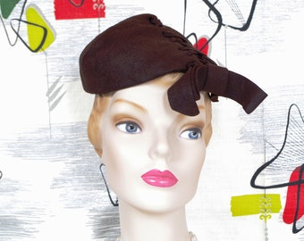 Snazzy Vintage 1930s Laced Brown Wool Tipster Cap. Edgy Art Deco Fascinator. Tuxedo bow Accent. Mini Cap or Tilt Hat. VICKI Label.