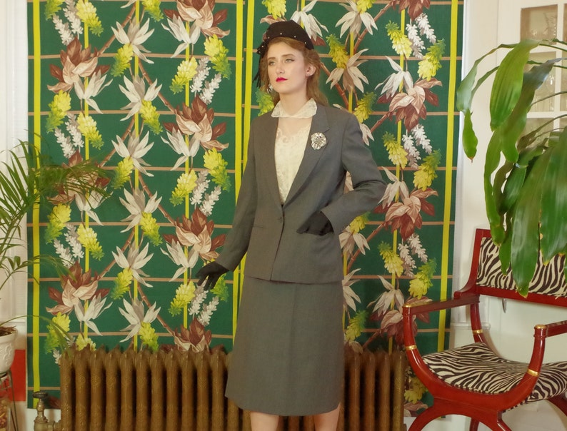 Vintage 80/'s Masculine Tailored Pinstripe Women/'s Power Suit Fully Lined Shoulder Pads Aspen Leaf label .Gorgeous Details Grey Wool