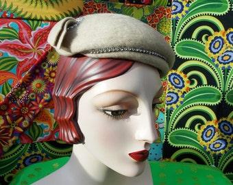 Vintage 1940's Tilt Hat . Ecru Beige Brushed Wool Felt . Clear Rhinestone Accents . 2 Ribbon Comet Accent . MELOSUIE / HENRY POLLACK label