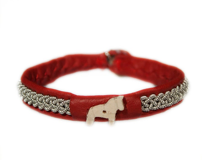 No. 1004 maxi Dalahorse: Sami Bracelet of pewter thread and reindeer leather, detail of moose antler.
