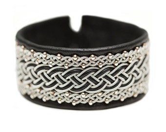 No. 1070: Sami Bracelet of pewter thread, pearls of glass and reindeer leather.