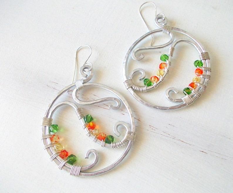 2fd7402fd9eb Aretes hechos a mano con perlas facetadas y aluminio estampado