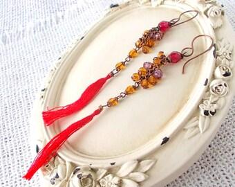 Orecchini con nappa cotone rosso fatta a mano abbinata a perline ocra montate con filo di rame, regalo per lei, regalo elegante