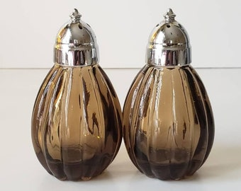 Vintage MCM Smoked Glass Salt and Pepper Shakers with Metal Caps//Vtg Mid Century Scalloped Glass and Silver Spice Shakers//Art Deco Kitchen