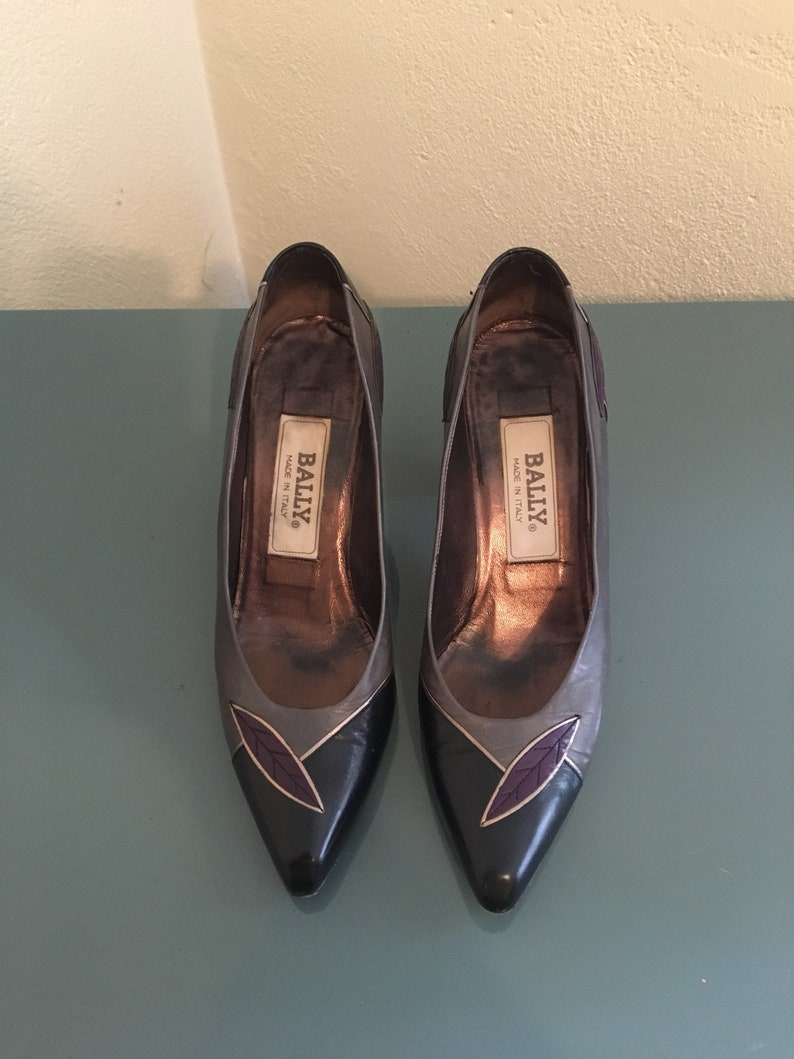 6c566dc7d8caf Bally DESIGNER Beautiful Vintage 1980's Pumps Black Gray Silver w/ Purple  Feather 6.5 N