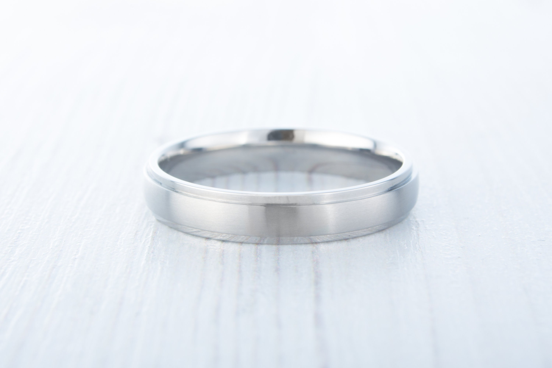 Engagement Band Polished Wedding Comfort Fit Men/'sLadiesWomens Ring US Size 4-16 4mm Silver Titanium Band Step Edge Matte Brushed