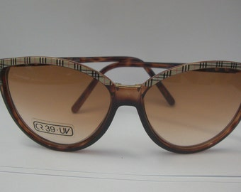 0b9ad1b1511 Vintage 1970s Burberrys of London Cat-eye Sunglasses Tortoise w  Checkered  Pattern Women s