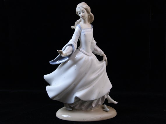 Lladro Cinderella #4828 Figure in Original Box