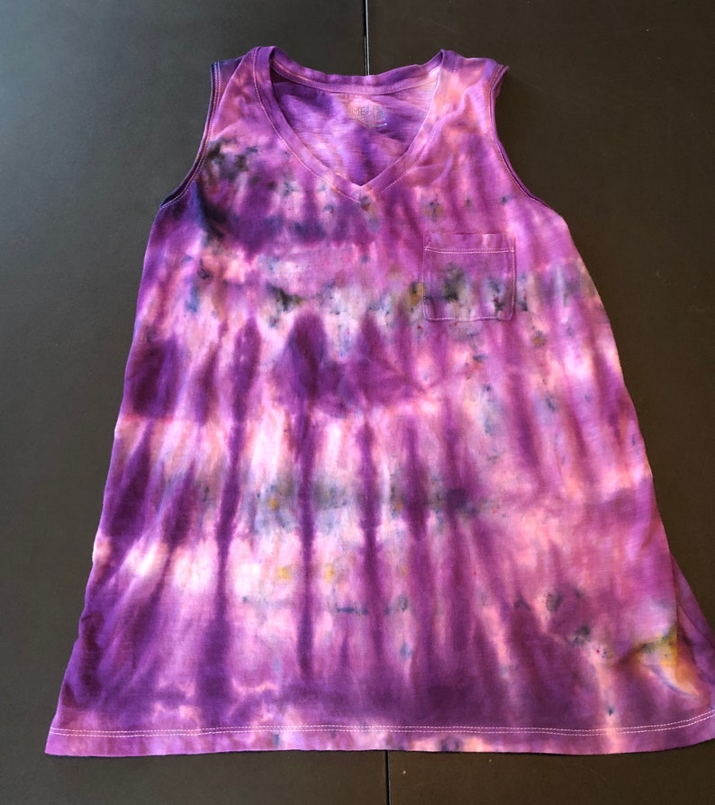 HA1492 Woman/'s small 46 sleeveless ICE DYE tie dye v-neck top Left breast pocket Shades of purple blue and black