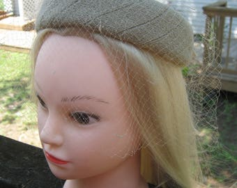 McHenry's Pillbox, Beige Fabric With Grosgrain Bow, Netting, Loveman's Nashville, Stabilizing Combs, 1960's Pillbox Style,