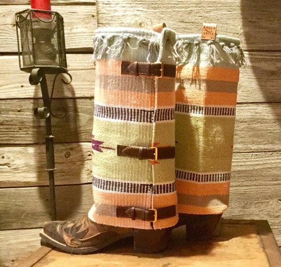 RodeoChics nouveau introduit SKYLARK - sur mesure la fait à la mesure main tapis couvre-bottes pour les Gal Western avec un flair d88f2d