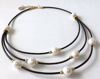Leather and pearl necklace with golden details