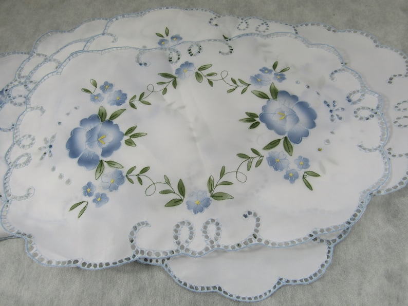 Vintage Asian Embroidered Placemats Scalloped Edge Embroidery Floral Table Linens Table Mats Place Mats Tabletop Chinoiserie Chic Set of 5
