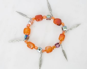 Agate Stretch Bracelet with feather charms and iridescent glass beads | Southwestern Style, Bohemian Jewelry