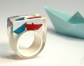 "Paper boat ring ""Ship ahoy"" with hand-made folded mini boats made of red and blue paper on a white ring made of resin"