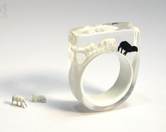 Sheep ring – Black sheep – with a black and two white mini-sheeps on a white ring made of resin