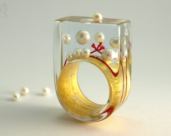 Pearls drift – abstract pearl ring with real white pearls and red bead cord on a ring covered with gold leaf made of resin
