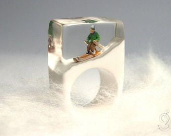 Ski bunny – sporty ski figure ring with a mini-skier on a white slope made of resin for après-ski fun