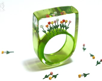 """Springlike flower ring """"Tulips from Amsterdam"""" with colorful tulips on a green ring made of resin from Geschmeide unter Teck"""