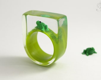 Frog Prince – Droll epoxy resin ring with a green frog and grass on bright green ring from Geschmeide unter Teck