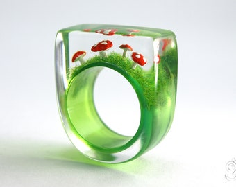 Cute fly agaric ring – Flying luck – with red-white spotted plastic mini-mushrooms on a green ring in resin as a lucky charm