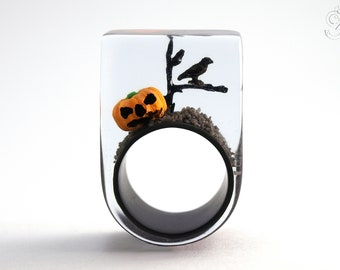 Halloween – creepy pumpkin ring with an orange plastic mini-pumpkin, a branch with a black crow on a black ring made of resin