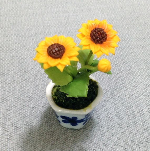 Dollhouse Miniature 1:12 Scale Yellow /& White Flowers in a White Ceramic Pot