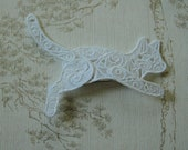 Free standing Lacework leaping white Cat hair grip.
