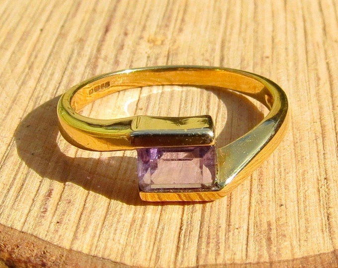 Gold amethyst ring, crossover style, 9K yellow gold.