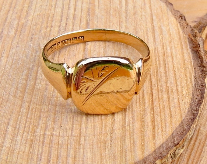 9K yellow gold decorative engraved signet ring. Dated 1957