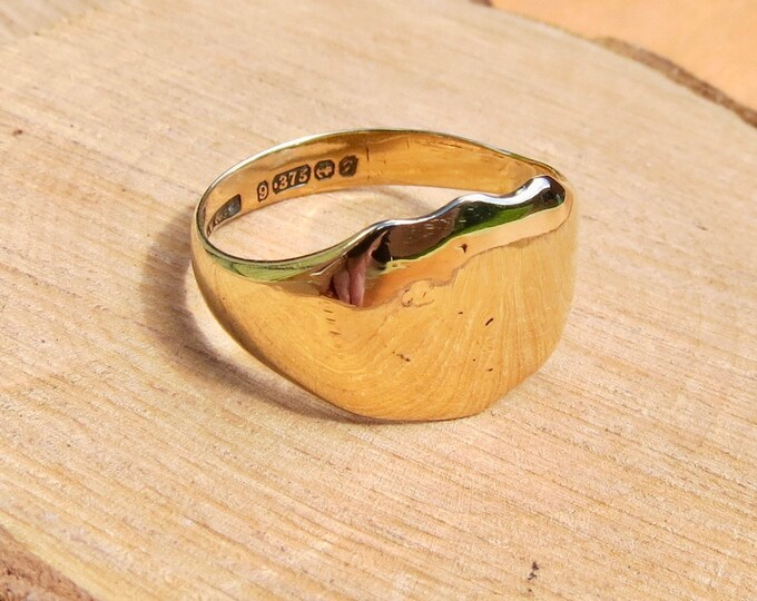 9K yellow gold shield signet ring. Dated 1956