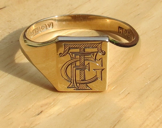A fine vintage 9K yellow gold decorative monogram signet ring. Date 1945