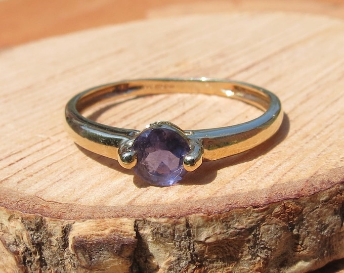 Gold iolite ring. Solitaire in 9K yellow gold.