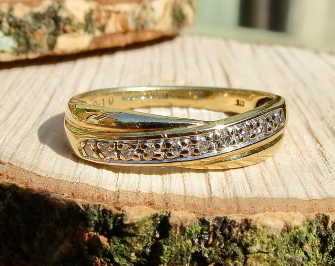Gold diamond ring. A vintage 9k yellow gold crossover ring with ten diamonds.