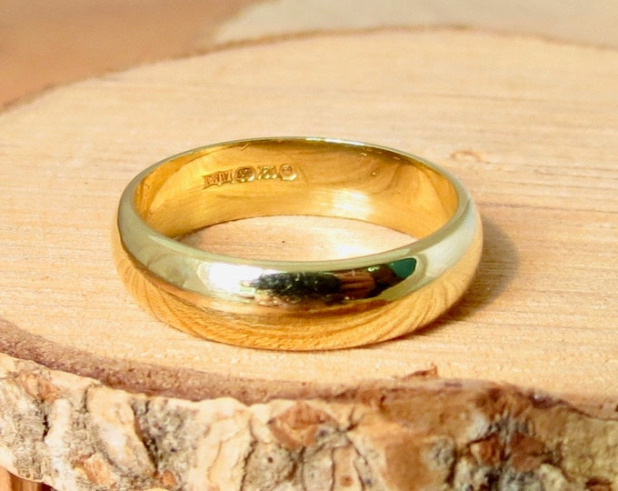 18K yellow gold D court wedding band.
