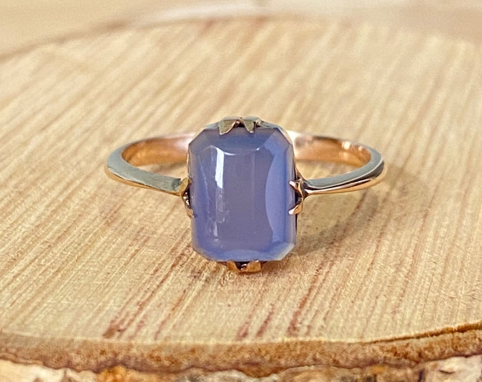 Gold agate ring. A vintage petite 9k rose gold lavender agate cabochon solitaire ring