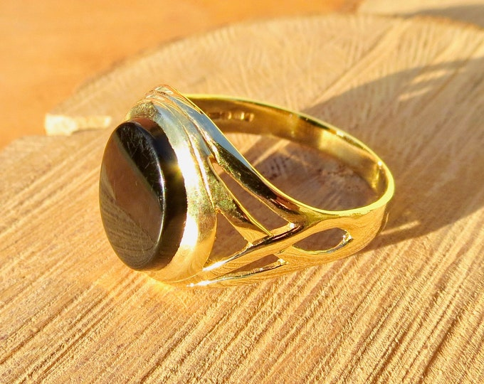 Gold signet ring, oval black onyx, 9K yellow gold.