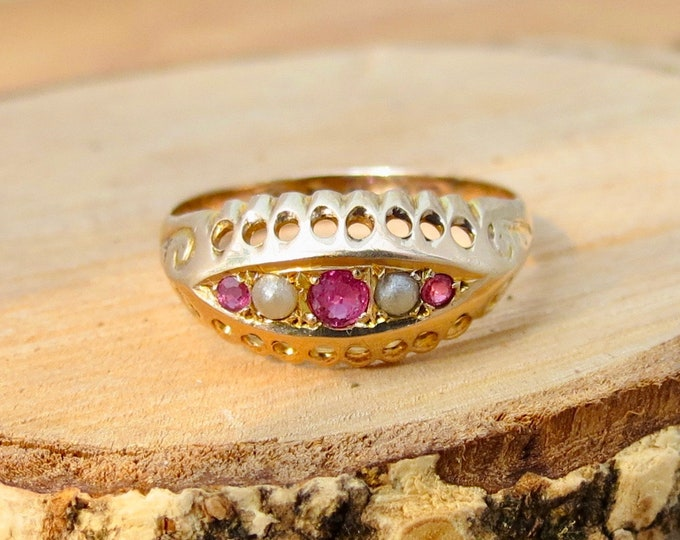 Antique 9K yellow gold ruby and pearl ring, petite Antique, Dates ć 1910.