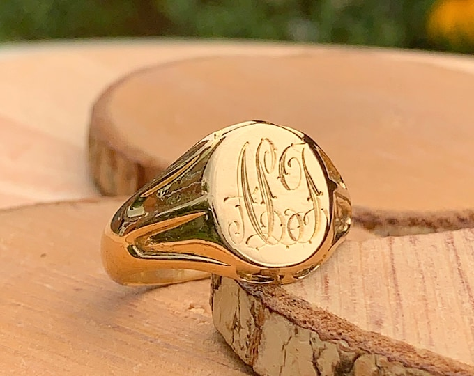 Gold signet ring. Antique heavy big size 100 year old 18K yellow gold monogram ring.