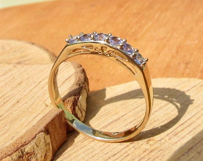 A 9k yellow gold lilac topaz ring with a filigree gallery.
