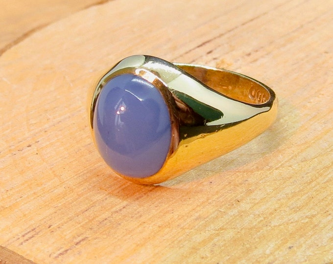 A vintage 9K yellow gold lilac agate cabochon signet ring, made in the year 1966