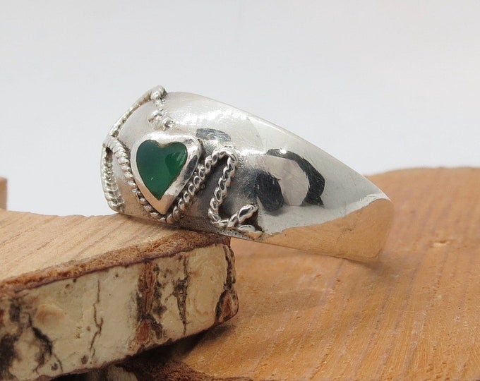 A silver dome ring with green agate heart and rope design.