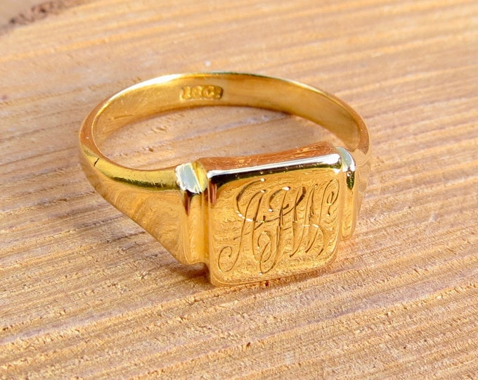 Gold signet ring. Antique 18K engraved yellow gold.