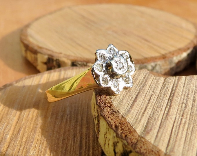 A Vintage 9K yellow gold, platinum and diamond daisy ring.