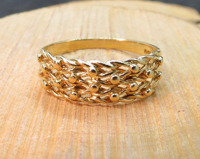 An English vintage 9K yellow gold 'Keeper' ring
