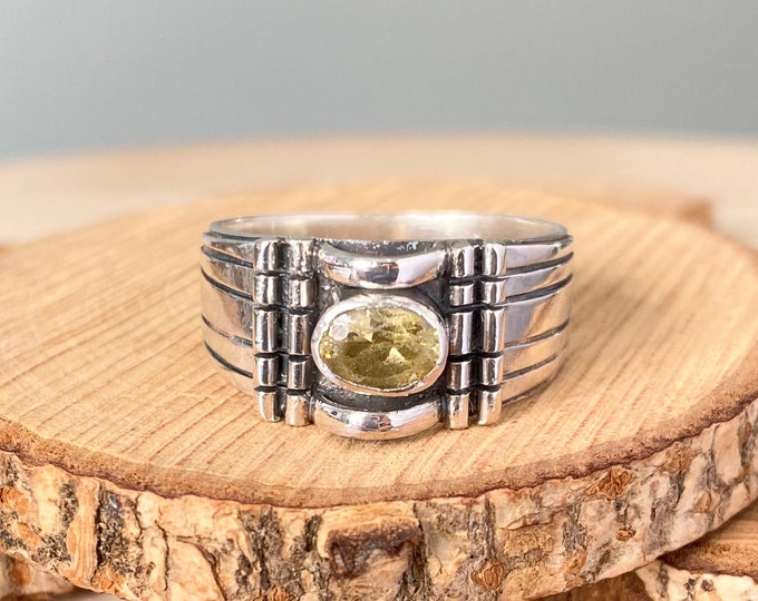 Silver ring, large heavy wide decorative ring with green stone.