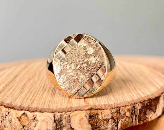 Gold signet ring. Vintage 9K yellow gold signet ring, milled and engraved decoration.